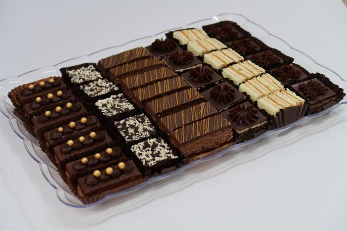 קרמיז לאירועים גבוהים - מגשי אירוח עוגות חתוכות
